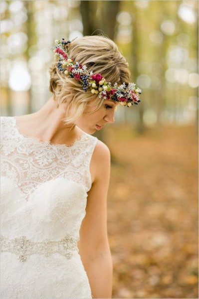 22-short-wavy-hair-with-a-floral--the-fall-with-berries-and-succulents.jpg