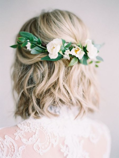 23-a-wavy-hairstyle-with-fresh-whiten-the-back-for-a-romantic-bride.jpg