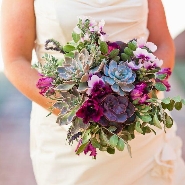 23b25936f4ae631162ef541e92f34a73-purple-wedding-bouquets-flower-bouquets.jpg