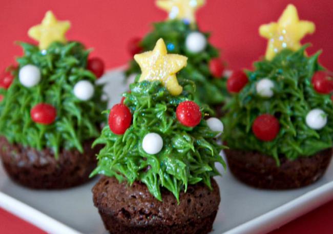 Strawberry_Christmas_Tree_Cupcakes_001_797326251.jpg