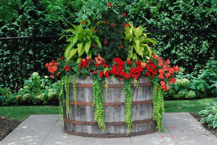 tonneau-en-bois-grande-jardiniere-composition-fleurs-idee-deco-jardin-recup.jpg