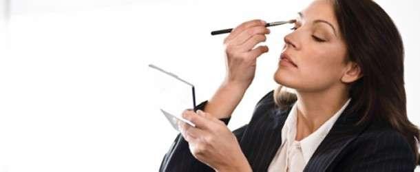 Resimlerle Genç Gösteren Makyaj Yapımı