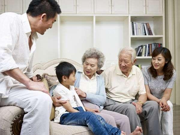 Zenginler Arkadaşlarıyla, Yoksullar Aileleriyle Vakit Geçiriyor